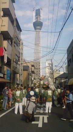 東京スカイツリーと御神輿