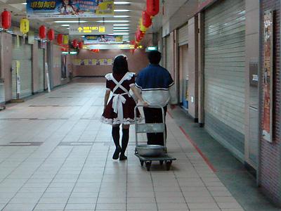 台北地下街で見かけたメイドさんのうしろ姿