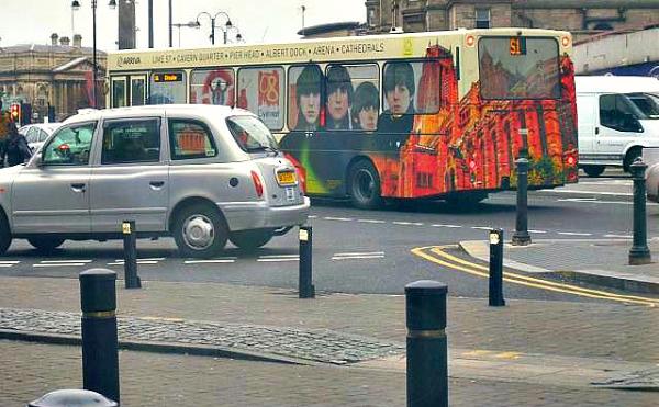 ビートルズのバスも走る