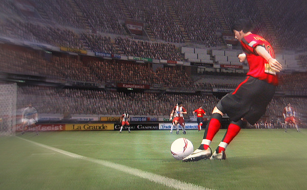 左サイドの深い位置から中央にクロスボールを送る