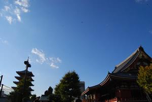 空は晴ればれ。浅草寺