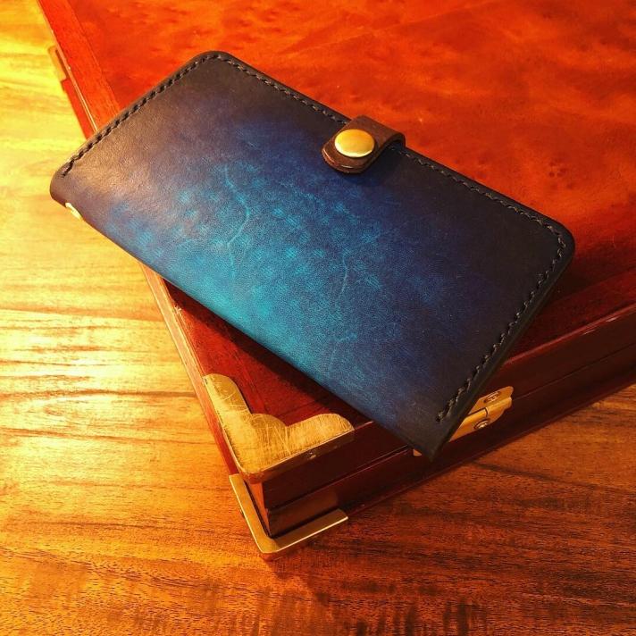 青い革のスマホケース