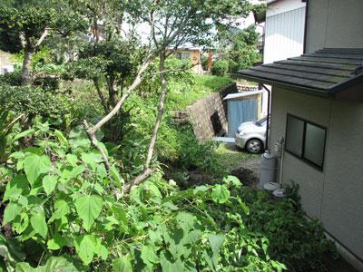 台風9号の傷跡:地滑りで隣家へ崩れ落ちた土砂1