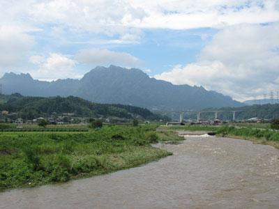 台風9号により増水した高田川から妙義山を望む1