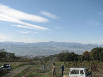 遠景に美ヶ原高原を望める�Rue de Vin (リュードヴァン)代表 取締役小山英明氏のワイン畑