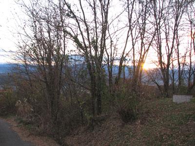 寒風を和らげるように日を射して沈んで行く西日は、明日の日差しを約束しているようです。
