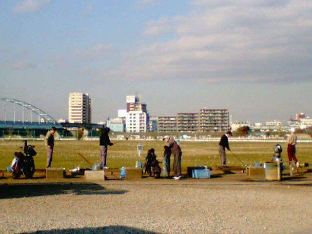 川崎河川敷練習場の風景