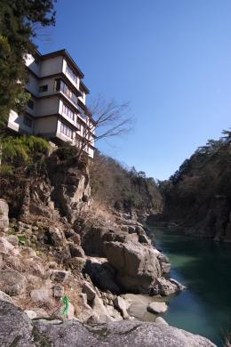 龍峡亭_水面から建物を望む