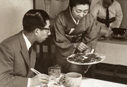 三笠宮様ご来館・ご昼食時に食材についてご説明する女将(昭和39年)