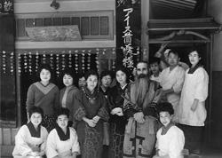 JR飯田線の前身「三信鉄道」で測量技師・現場監督を務めた、アイヌ民族の技術者川村カネト氏と従業員(昭和36年頃)