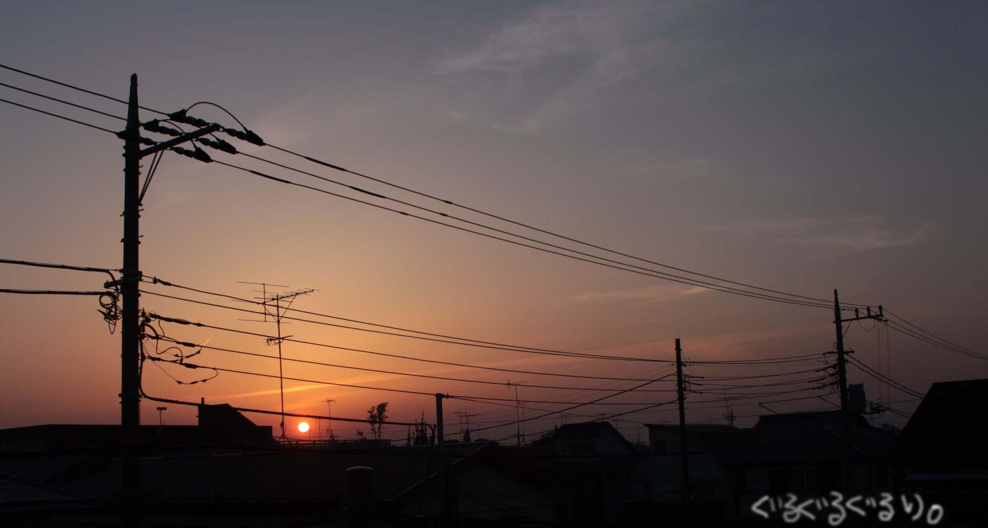 都会の夕日。