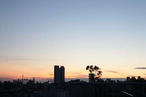 都会の朝焼け