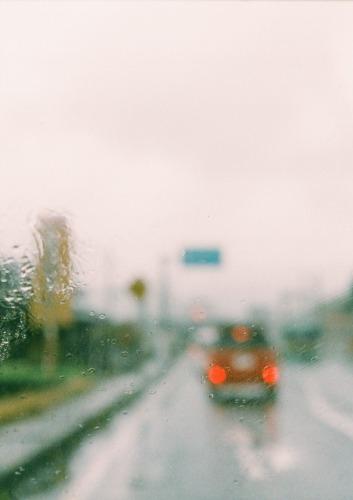 窓の向こうは雨