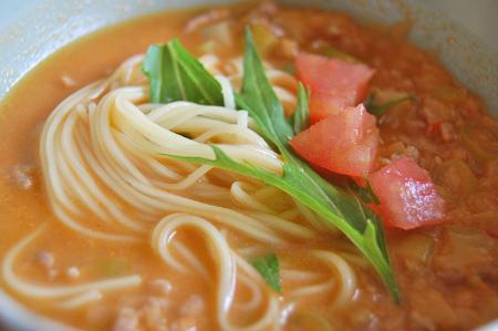トマトや香味油でくるくる変化
