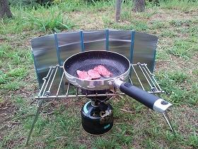 肉や野菜をガスコンロで焼き焼き