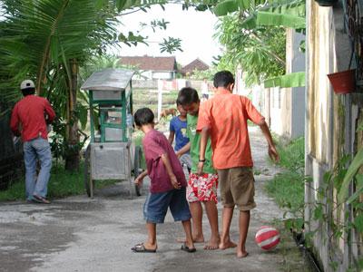 デンパサール・サッカーをする子供たち