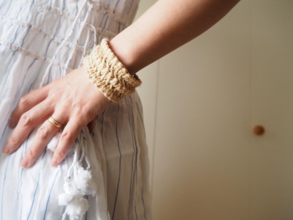 丸いマクラメ編みのバングル