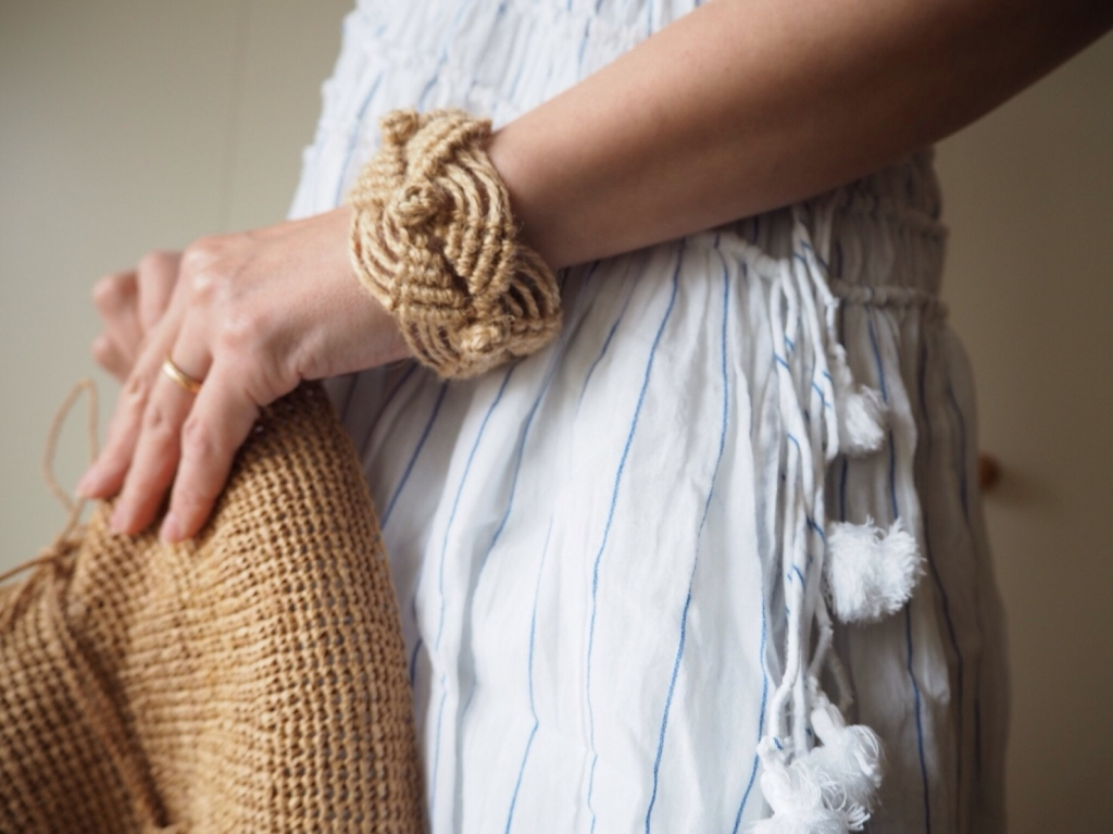 四角いマクラメ編みのバングル