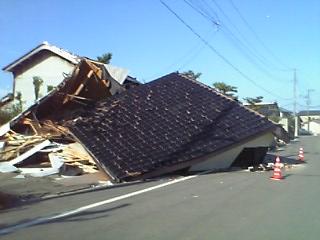 倒壊した納屋