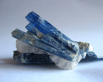 カイヤナイト原石