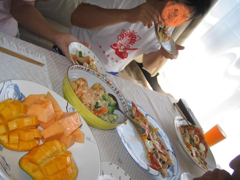翌朝の朝食は、手づくりピザ&サラダ&フルーツ