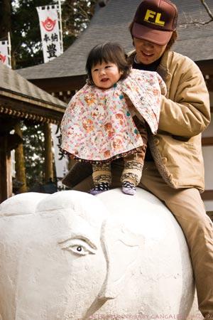 象に乗った父娘