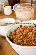 ほうれん草とミートソースの丼&スープ&ほうじ茶ミルクティ