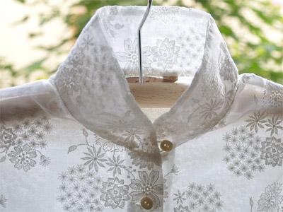 繊細な白糸刺繍です。