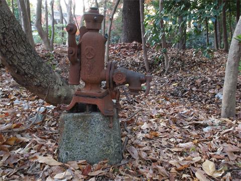 井の頭公園の錆びたポンプ