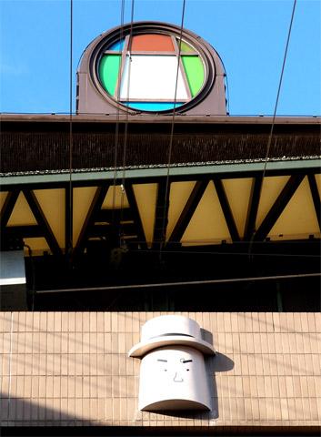 寅さん記念館の屋上のマーク