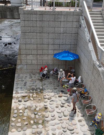 川岸のテラスには椅子と貸し出し用の長靴や亜美、デッキブラシなどがあります。