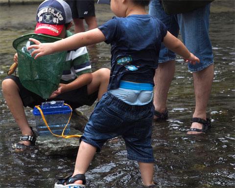 デニムのズボンはたっぷり水を吸収して重くなり、下がって行きました。