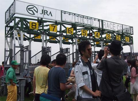 競馬コースのゲートで記念撮影