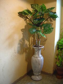 大理石の花器とグリーン