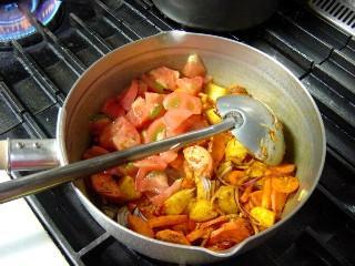 トマトを入れます