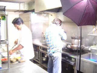 厨房で写真撮影中