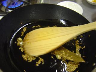 スパイスを炒めているところ