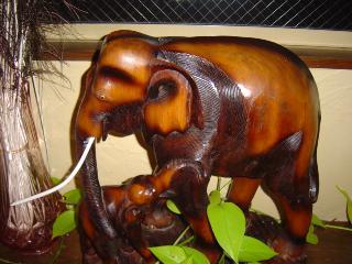 木彫りの象の親子