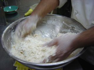 小麦粉と水を混ぜます
