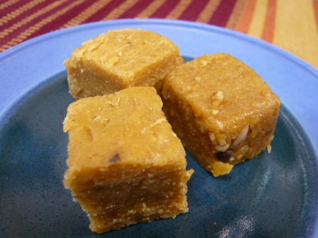 牛乳と砂糖から作ったインドのお菓子。 こちらはGhee(ギー)が入っているので、半生な仕上がり。 ⇒ギーを使っていないパティサ