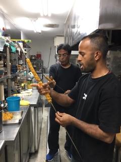 タンドール料理の仕込み