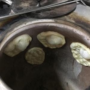 タンドールでナンを焼く