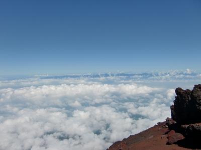 雲海の下に、富士山友の会。