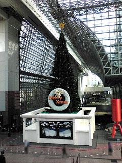 JR京都駅に登場した巨大クリスマスツリー