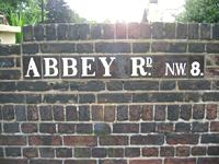 アビィ・ロード(通り)の年期もののレンガの門
