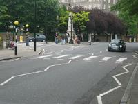 今の信号のもよう。何度もコンクリを塗り直したらしく、そこらへんの道路みたいになっていて、なんだか 幻滅。