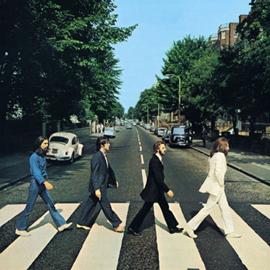 アルバムジャケット。ビートルズの4人が、まっすぐ続くアビィ・ロードをバックに信号を1列で渡る。3人目のポールだけ、はだし。