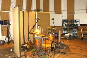 ドラムのコーナー。吸収板が屏風みたい。