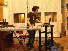 キーボードのコーナー。鍵盤楽器に囲まれたコックピット!