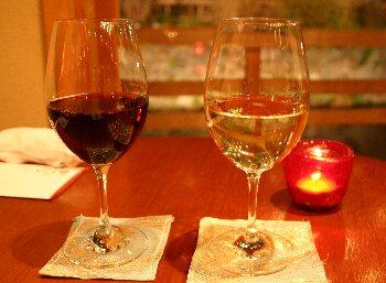 白川を望んで、ワイングラスふたつ